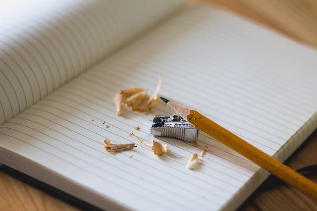 Agora no seu caderno escreva pelo menos 1 frase para cada pronome demonstrativo (This, these, that, those). Seja bem criativa e não tenha medo de ousar. Toda a produção de frases em inglês que você fizer, poste nos comentários abaixo, pois sempre que eu puder, responderei cada comentário. E aproveitando o ensejo, a aula de pronomes possessivos (aula 2B) complementa perfeitamente o tema atual, aproveite.